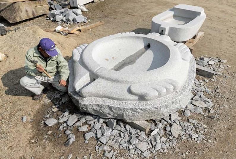 酒船石遺跡 亀形石槽(復元品)の製作 画像は奈良文化財研究所 飛鳥資料館ホームページより